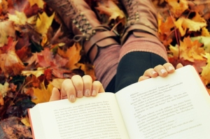 autum-fall-indie-hipster-books-leafs-autumn-leaves-reading-cute-boots-5